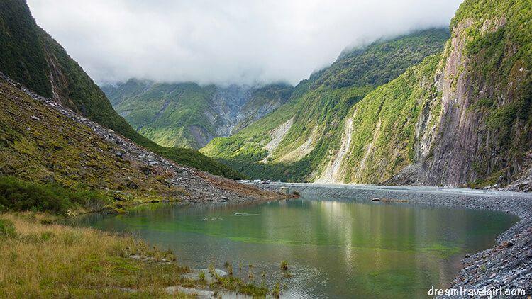 New-Zealand_Fox-glacier_car-park_colorful-lake01