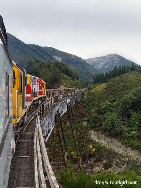 New-Zealand_TranzAlpine06_train-landscape