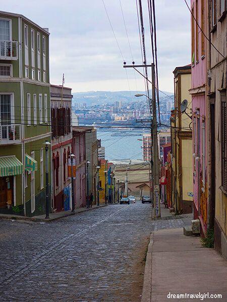 Chile_Valparaiso_cobbled-street01