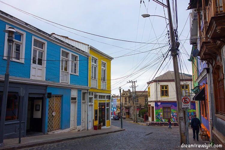 Chile_Valparaiso_cobbled-street02