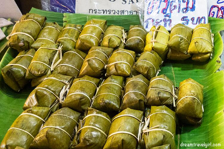 Ban Mae Ma Lai market: rice in banana leaf rolls