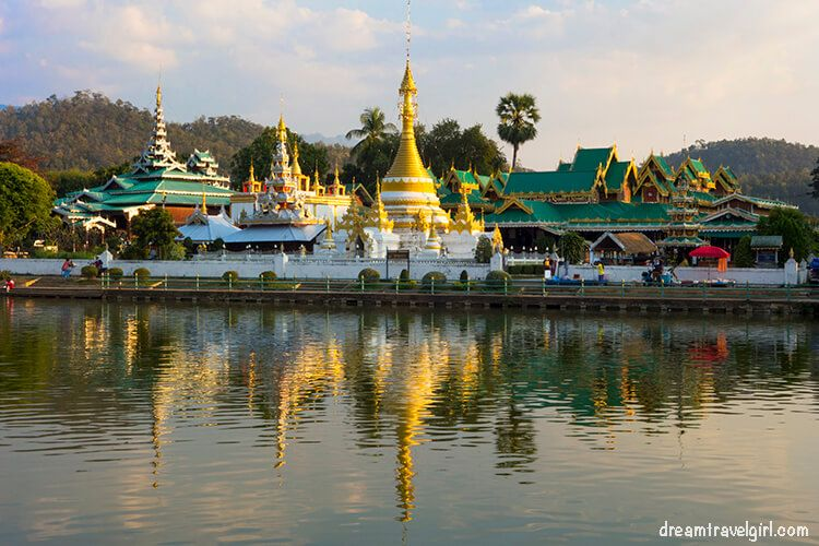 Mae Hong Son, temples reflected in the lake