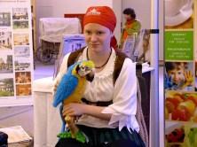 Piratin mit Papagai