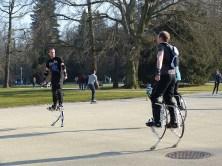 Männer mit Sprungfedern