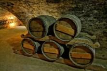 Weinkeller mit Fässern