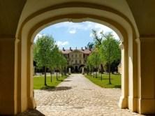 Blick in den Innenhof mit Bäumen Schloss Rammenau