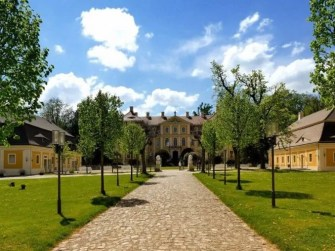 Blick auf Schloss Rammenau mit Allee