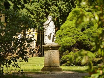 Skulptur auf Sockel Schloss Rammenau