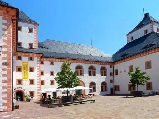 Biergarten im Innnenhof Schloss Augustusburg