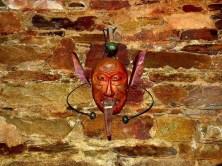 Maske an der Wand