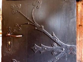 Alte Tür mit Beschlag
