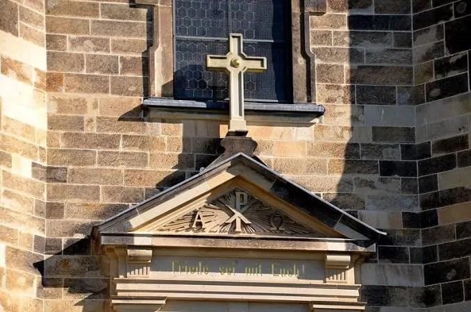 Kreuz am Eingang
