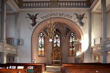 Blick zum Altar mit Bänken