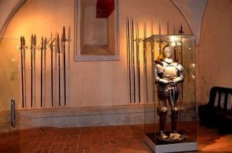 Rüstung mit Speeren Ausstellung