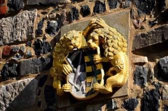 Löwen mit Wappen gold