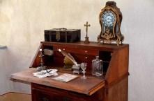 Alter Sekretär mit Uhr