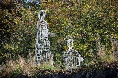 Figuren aus Metall im Park