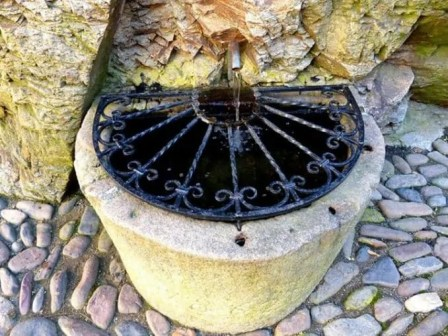 Brunnen mit Gitterabdeckung