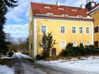 Einfahrt und Haus Jagdschloss Grillenburg