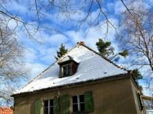 Schneebedecktes altes Dach
