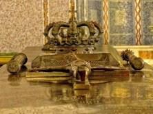 Krone mit Kreuz auf Sarg