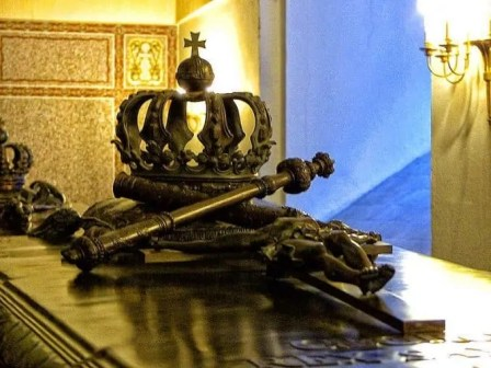 Krone mit Zeptar auf Sarg
