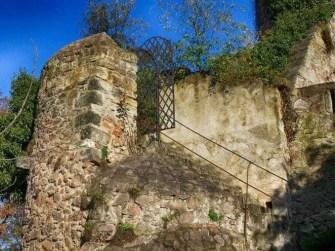 Steintreppe Tür aus Eisengitter Steinmauer Geländer