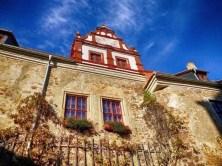 Außenansicht Schloss Scharfenberg Fenster Blumen