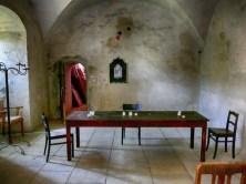 Tafel mit Stühlen und Kerzen Gemäuer