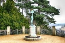 Skulptur auf Sockel verwittert
