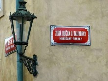 Straßenschild rot alte Laterne