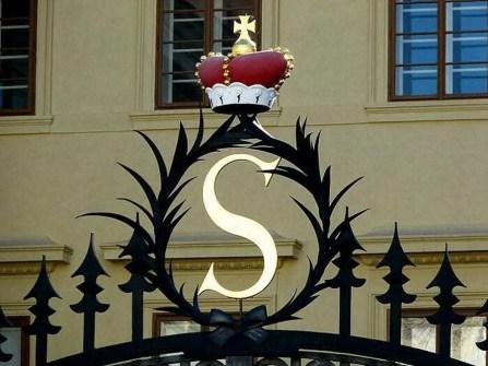 Tor Krone Goldener Buchstabe