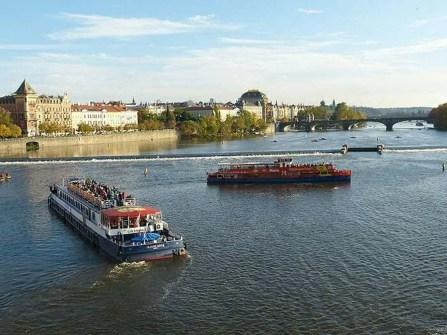 Fährschiff Fluss Touristen Moldau Brücke