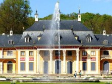 Wasserfontäne mit Palais im Hintergrund Schloss Pillnitz