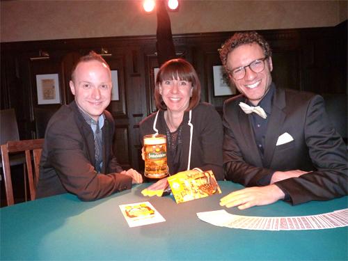 v.r.n.l. Matthieu Anatrella, Feldschlößchen-Stammhaus-Geschäftsführerin Mandy Seidel und Torsten Pahl in ihrer neuen Spielstätte. Bildquelle: MEDIENKONTOR