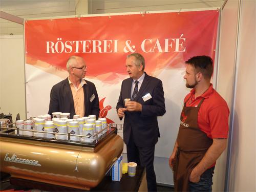 Seit Januar wird unweit des World Trade Centers erfolgreich geröstet, das Café hat mittlerweile geöffnet und jetzt reichen die Kaffee-Sachsen zudem einen neuen Premium-Kaffee