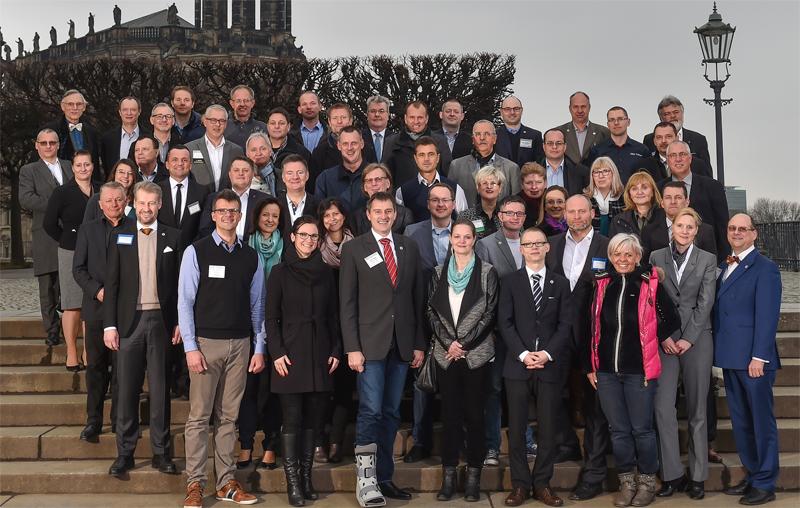 """Das Dresdner BNI-Chapter """"August der Starke"""" beim Gruppenbild mit Damen auf der Brühlschen Terrasse. Bildquelle: Holm Helis"""