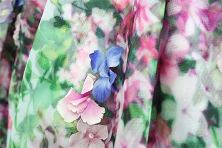 ドレスと同じ生地で作られたコサージュ