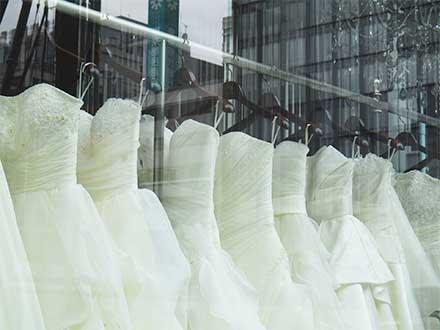 お店に並ぶウエディングドレス