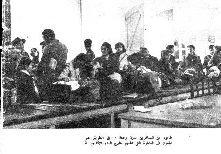 Légende en arabe sous une rare photo d'un quotidien égyptien : « une file de voyageurs sans retour… sur le chemin, à travers la douane, vers le navire qui les transporte hors des eaux territoriales ». Port d'Alexandrie, automne 1956.