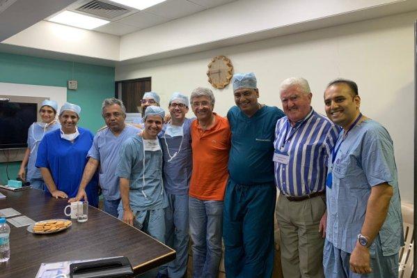 Dr. Francisco Carmona con el Dr. Shailash Puntambekar y su equipo después de participar en el 7º trasplante uterino llevado a cabo en Pune (India)