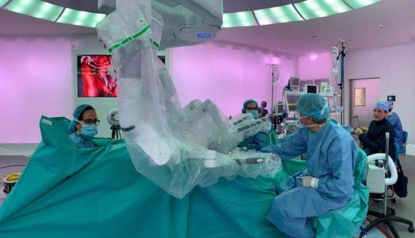 Robot da Vinci Xi usado en histerectomía. Quirófano Optimus. Cirugía robótica