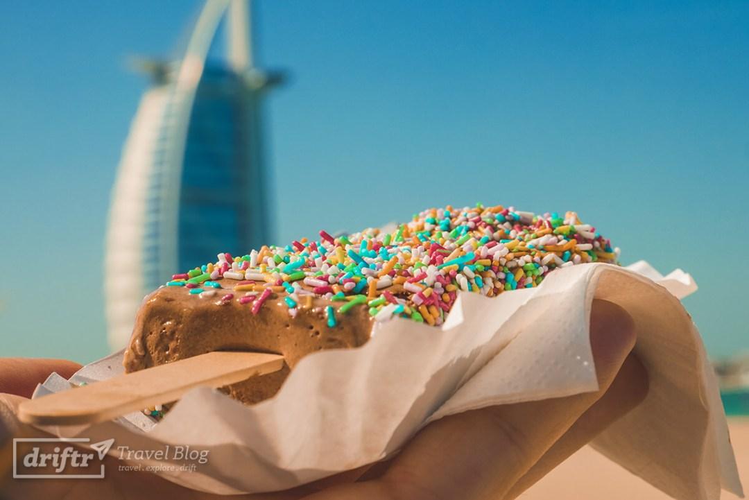 Eis vorm Burj al Arab und Jumeirah Beach