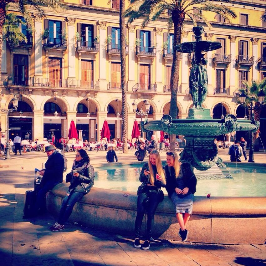 Placa Reial in the Gothic Quarter ~ Great restaurants, bars and nightclubs