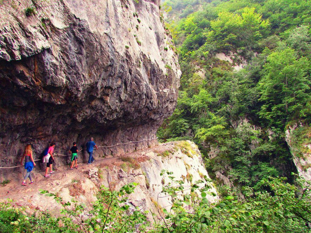 walking-picos-de-europa-mountains-in-asturias