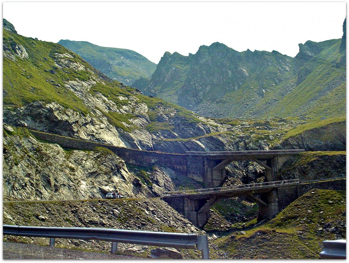 Serpentines up the mountains (Transfagarasan) from Balea Falls. Photo via Flickr Creative Commons by CameliaTWU