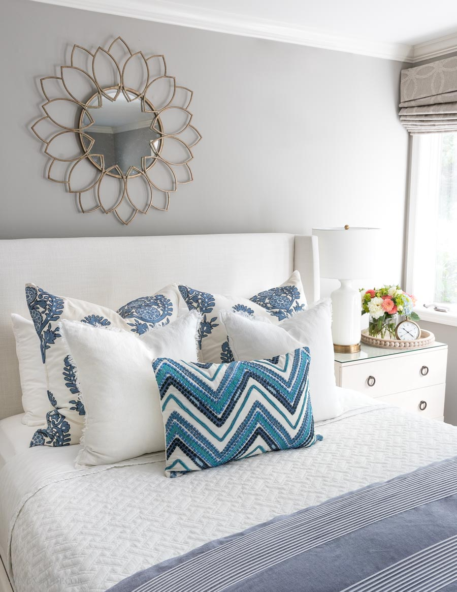 how to arrange pillows on a queen bed