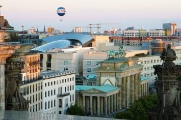 Berlin, Brandenburger Tor vom Reichstag aus gesehen.