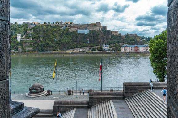 Am Deutschen Eck in Koblenz, Blick auf den Rhein und die Festung Ehrenbreitstein