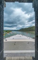 Am Mahnmal der Deutschen Einheit am Deutschen Eck in Koblenz. Links die Model, rechts der Rhein.